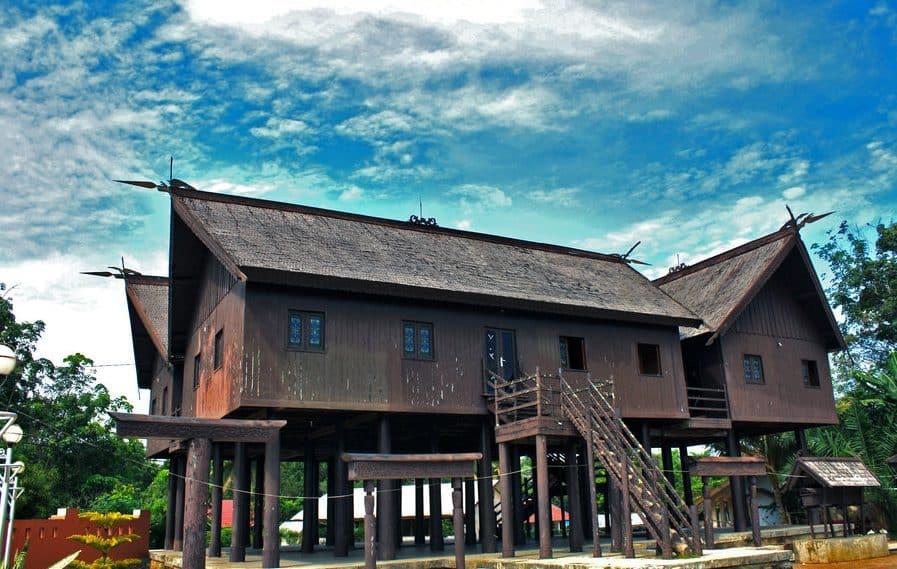 Rumah Betang (Rumah Adat Provinsi Kalimantan Tengah)