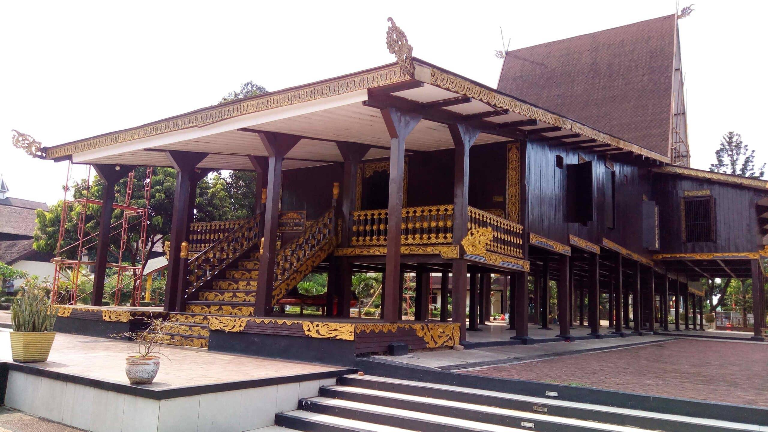 Rumah Bubungan Tinggi (Rumah Adat Provinsi Kalimantan Selatan)