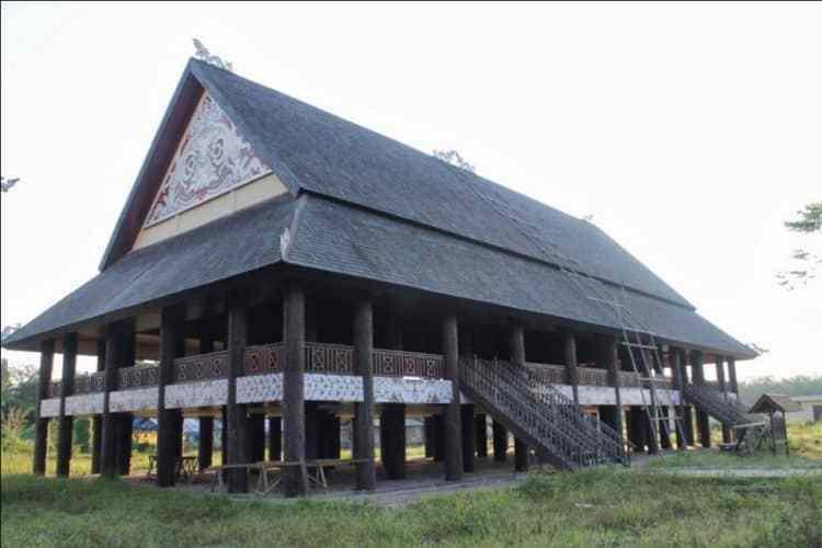 Rumah Lamin (Rumah Adat Provinsi Kalimantan Timur)