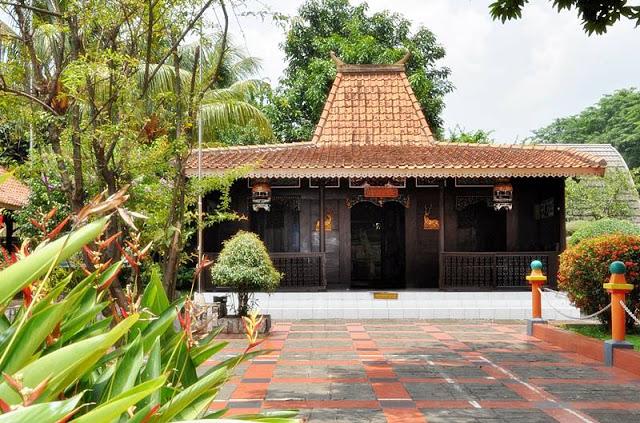 Rumah Tanean Lanjhan (Rumah Adat Madura)
