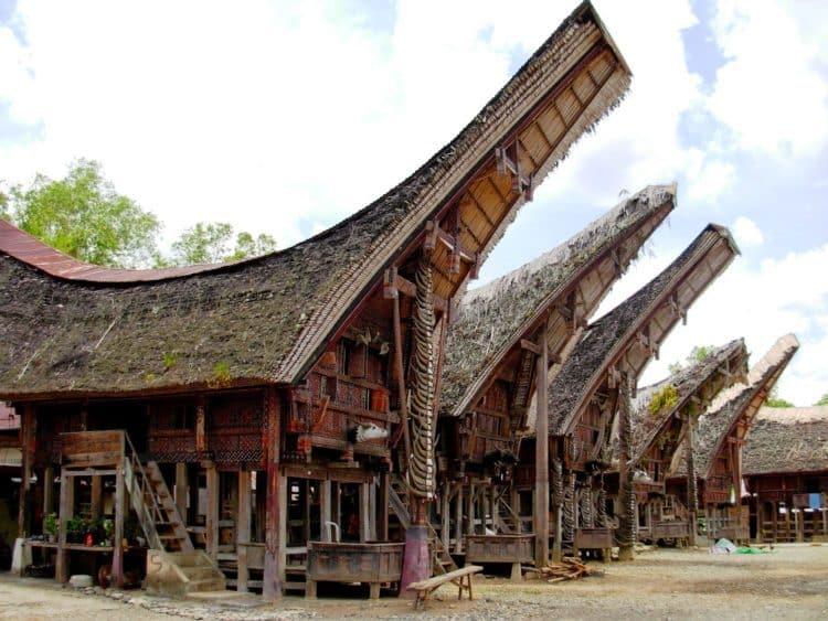 Rumah Tongkonan (Rumah Adat Provinsi Sulawesi Selatan)